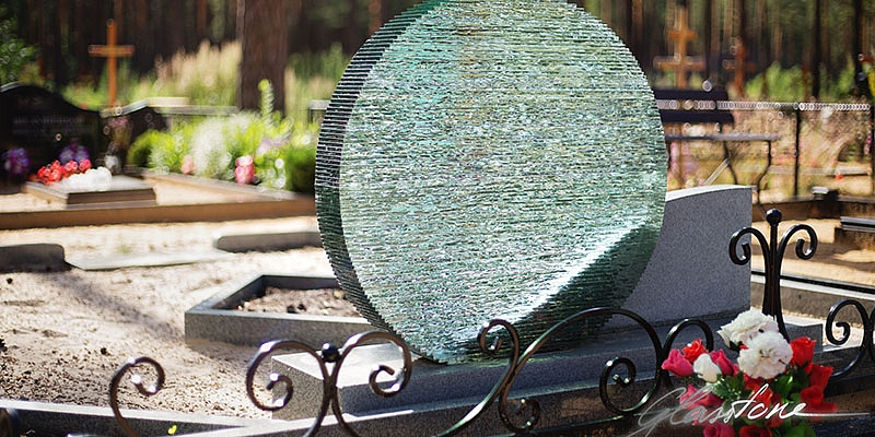 Gatava dizaina stikla kapu pieminekļi