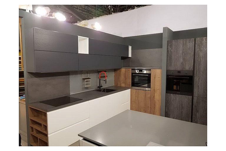 Virtuves no finierēta, krāsota MDF. Dekoratīvi izmantota magnētiskā tāfele uz sienas kā panelis.  KUHNI BELORUSI