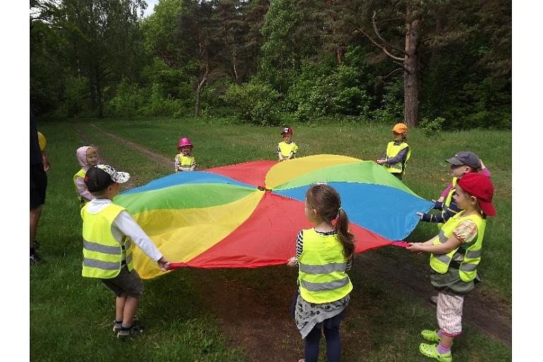 """""""Maziņš kā jūra"""" children are cooperating."""