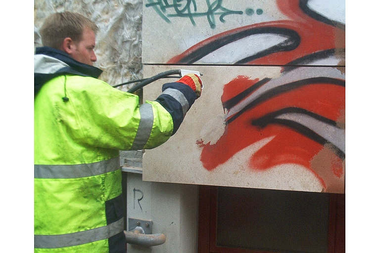 Graffiti and other coloring gentle cleaning