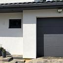 Wisniowski garāžu vārti vienā stilā ar mājas durvīm